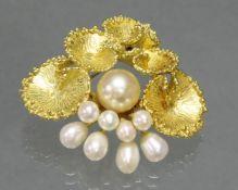 Brosche, 'Seerosenblätter', GG 750, Weißgoldnadel, 9 verschieden große Perlen: 1x ø 9 mm, 4x 7.