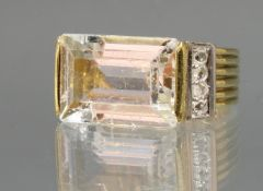 Ring, GG 585, 1 Aquamarin ca. 8.50 ct., Baguetteschliff (Tragespuren), 8 Diamantrosen ca. 1.5 mm, G
