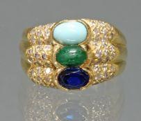 Ring, GG 750, Diamanten zus. gepunzt 0.52 ct., 1 Türkis-, 1 Smaragd-Cabochon, 1 facettierter blaue