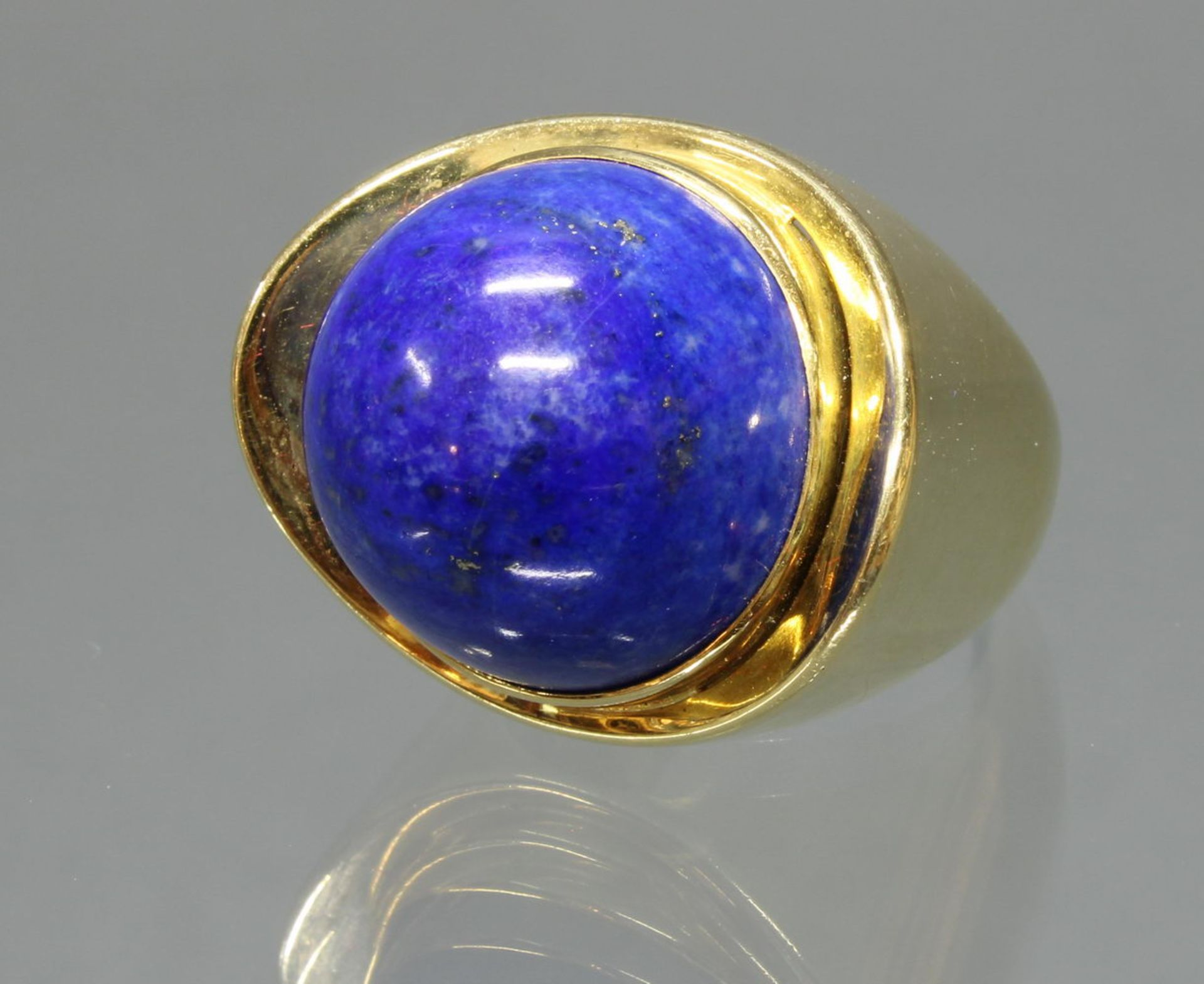Ring, 1950er/1960er Jahre, GG 750, 1 Lapislazuli-Cabochon 17.6 x 17.2 x 11.9 mm, 22.5 g, RM 16.5, i