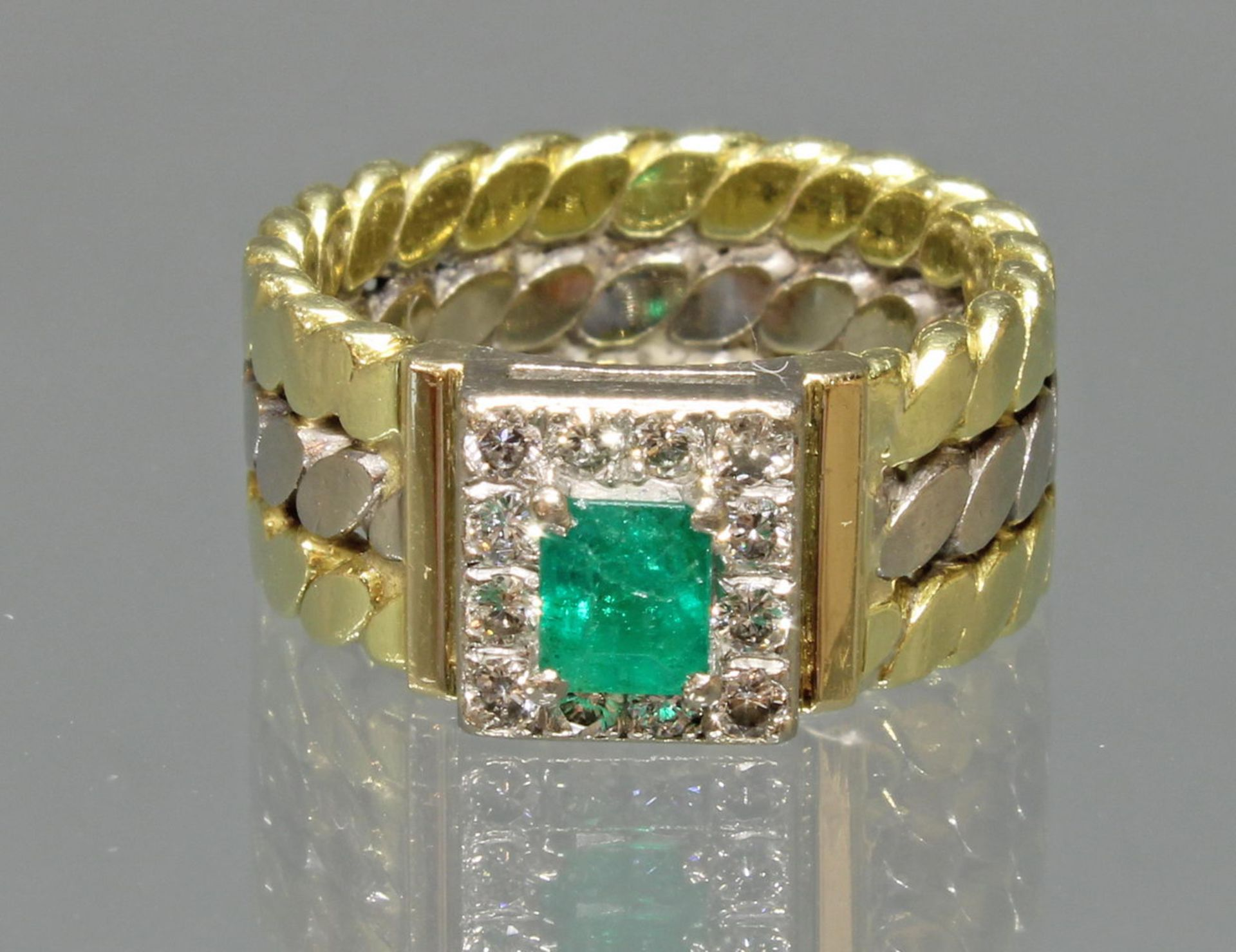 Ring, WG/GG 750, 1 rechteckig facettierter Smaragd (Haarriss) ca. 0.52 ct., 12 Brillanten zus. ca.