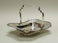 Henkelschale, Silber 925, Sheffield, 1931, Atkin Bros., vierseitig eingezogen, auf Stand, beweglich