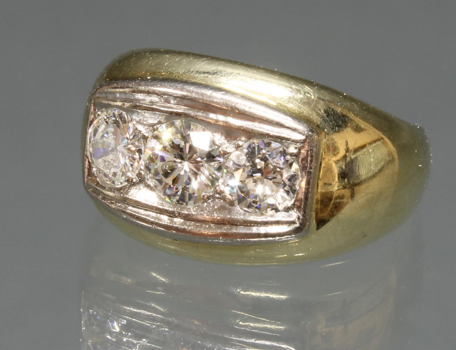Ring, GG 585, 1 Brillant ca. 0.45 ct., 1 Brillant ca. 0.25 ct., beide etwa fw-w/lpr.-vvs, 1 Diamant
