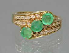Ring, GG 585, 3 runde facettierte Smaragde ø ca. 5 mm, 24 kleine Brillanten zus. ca. 0.24 ct., 5 g