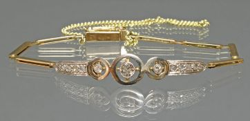 Armband, 1920er/30er Jahre, GG 750, Mittelteil weiß belötet, 1 Diamant ø 4 mm, Altschliff, 2 Dia