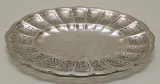 Schale, Silber, oval, durchbrochener Rand mit Weinlaub, auf vier Füßen, 32.8 x 24.3 cm, ca. 425 g