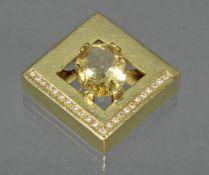 Anhänger, GG 750, 1 oval facettierter Citrin, Rand teils mit Diamanten besetzt, insgesamt 23 Diama