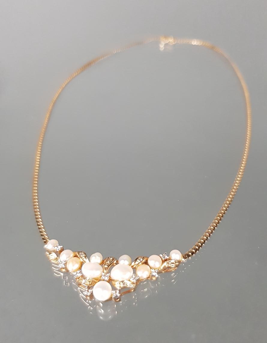 Collier, GG 585, 11 barocke Zuchtperlen, kleiner Diamantbesatz, 41 cm lang, 9 g