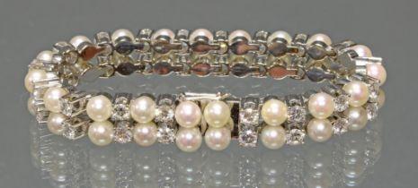 Armband, WG 750, 35 Brillanten (1 fehlt), gepunzt zus. 8.40 ct., 38 Akoya-Zuchtperlen ø 5.5 mm, 18