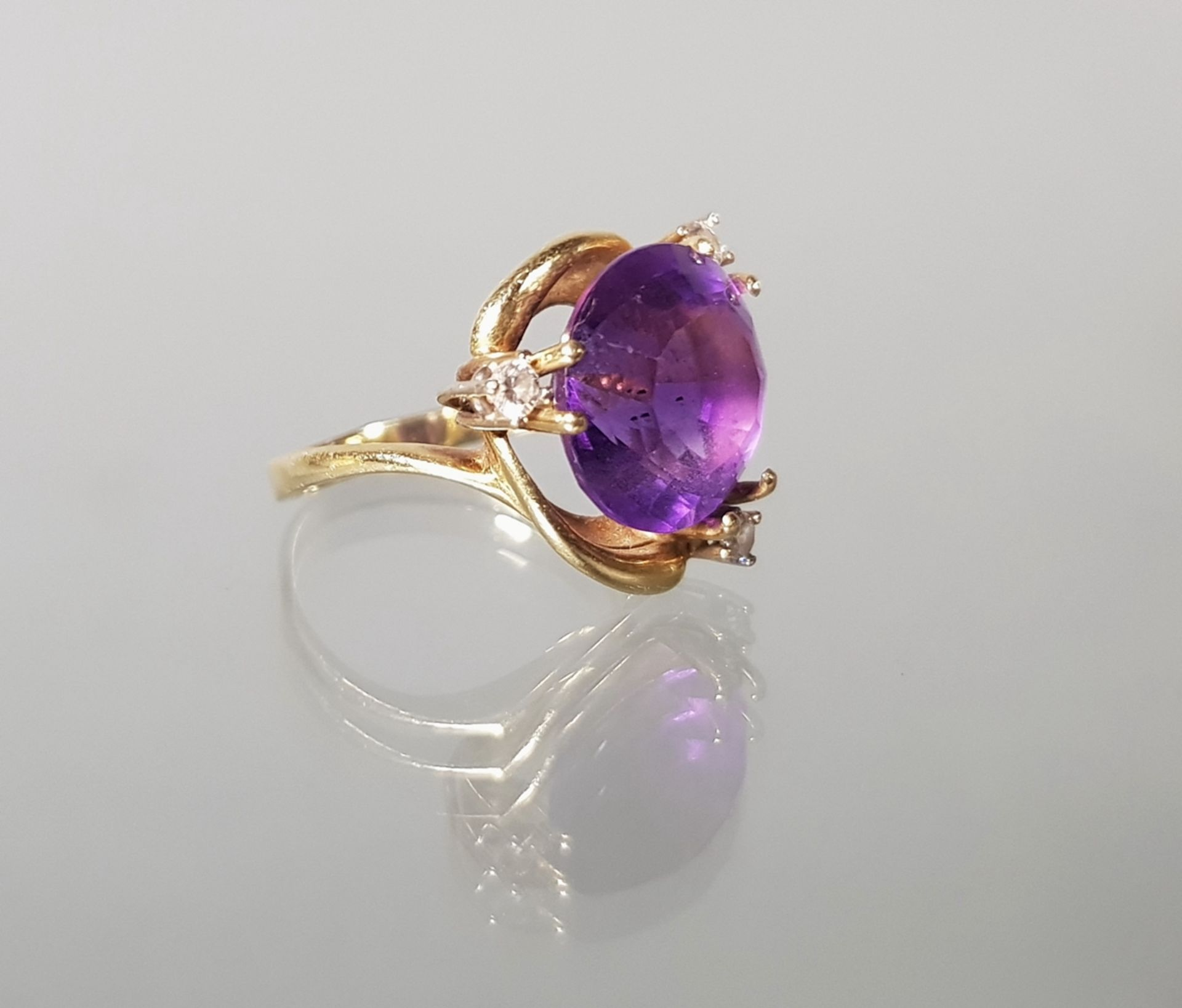 Ring, GG 585, 1 runder facettierter Amethyst, 3 Brillanten zus. ca. 0.15 ct., 4 g, RM 17
