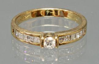 Ring, GG 750, 1 Brillant ca. 0.10 ct., 12 Diamanten im Square-Schliff, 3 g, RM 16.5