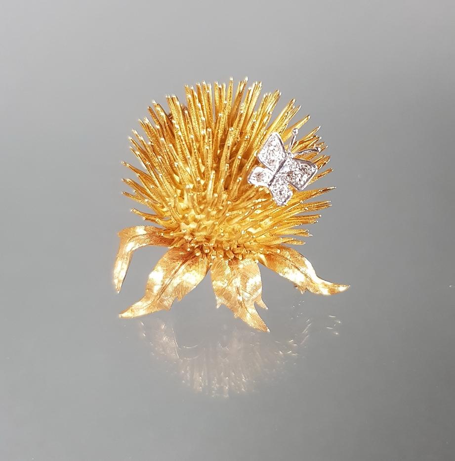 Brosche, 'Distel mit Schmetterling', WG/GG 750, 6 kleine Diamanten, 4 x 3.5 cm, 19 g - Image 2 of 2