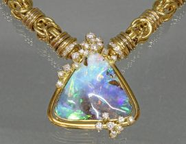 Anhänger/Brosche, GG 750, dreieckig gefasster Boulder-Opal, 23 Brillanten zus. ca. 1.20 ct., 23 g,