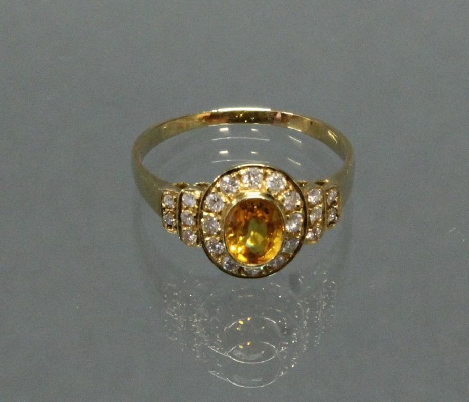 Ring, GG 585, oval facettierter Citrin, 22 Brillanten zus. ca. 0.44 ct., 2 g, RM 18.5