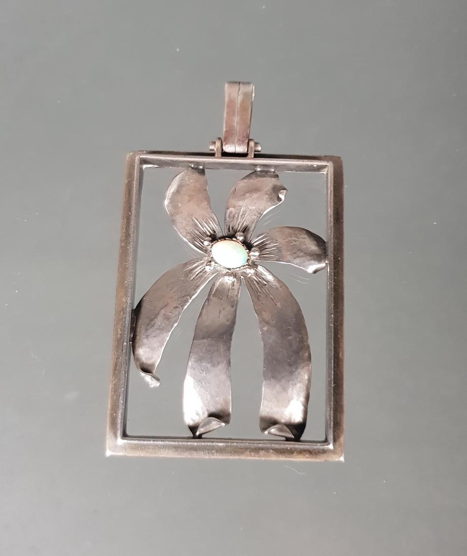 Design-Anhänger, 'Blüte', gepunzt MJ-Modell, Silber 835, kleiner Vollopal-Cabochon, 5 x 3.7 cm, 13
