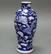 Balustervase, China, 19. Jh., Porzellan, blau-weißer Dekor, Drachen auf Wolkengrund, am Boden Vierz