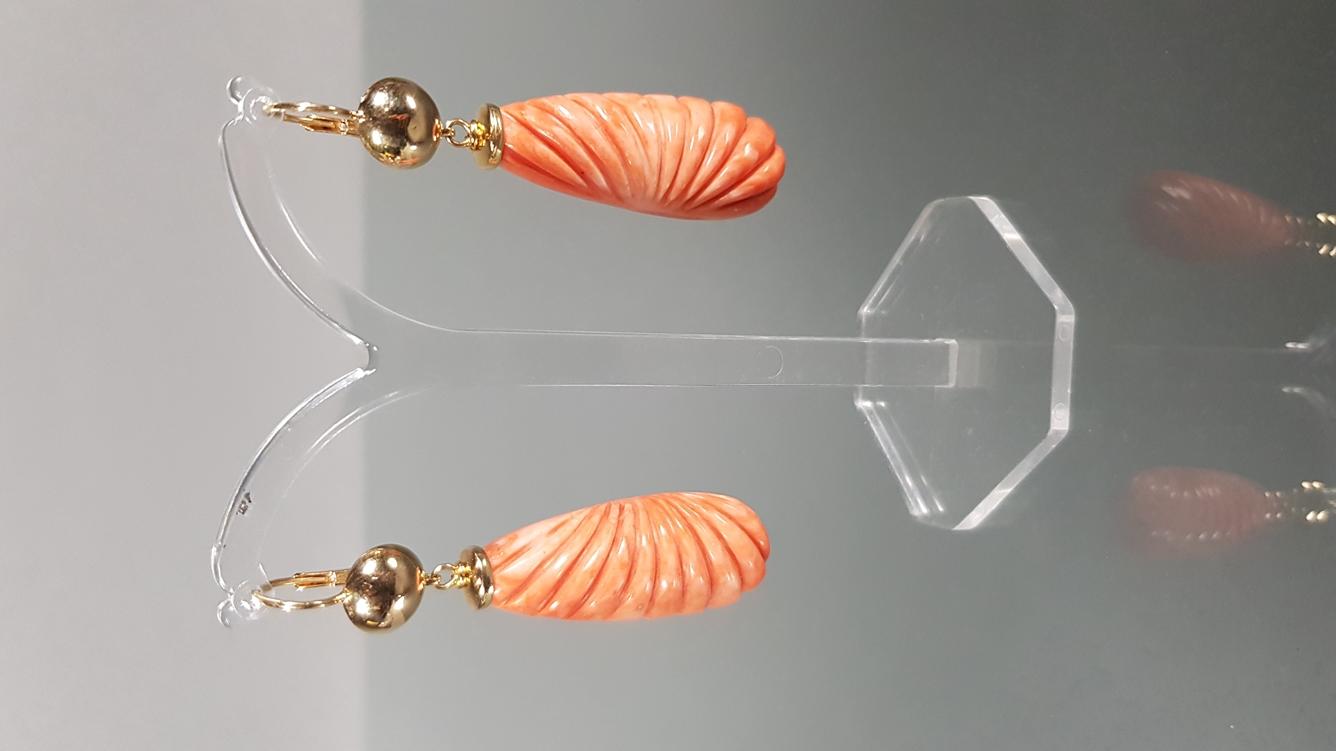 Paar Korall-Ohr-Pampeln, einseitig geschnitten, GG 750, 6 cm lang, 22 g