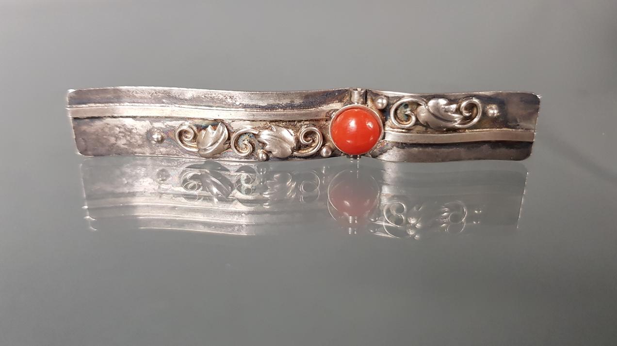Schmuckset: Nadel, Silber 800, Korall-Cabochon, Rankenzier;