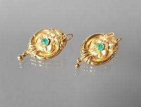 Paar Ohrgehänge, Schaumgold, 2. Hälfte 19. Jh., wohl 2 kleine Smaragde, Hängung GG 585, 7 g