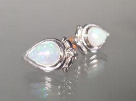 Paar Ohrstecker, WG 585, 2 Vollopal-Tropfen, 2 kleine Diamanten, 6 g