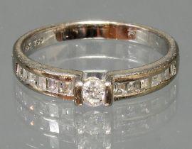 Ring, WG 750, 1 Brillant ca. 0.10 ct., 12 Diamanten im Square-Schliff, 3 g, RM 16.5