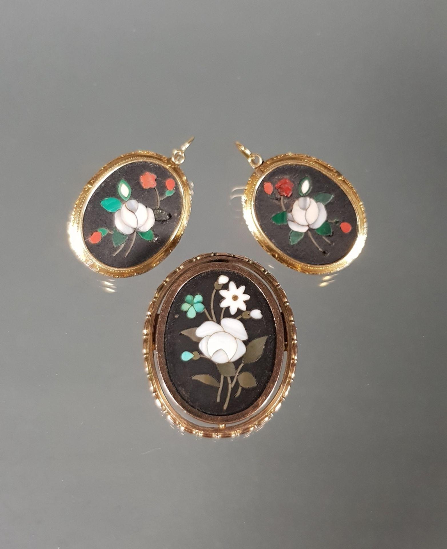 Schmuckset, um 1880: Brosche/Anhänger und Paar Ohrgehänge mit Pietra Dura-Mikromosaiken, Blumendars