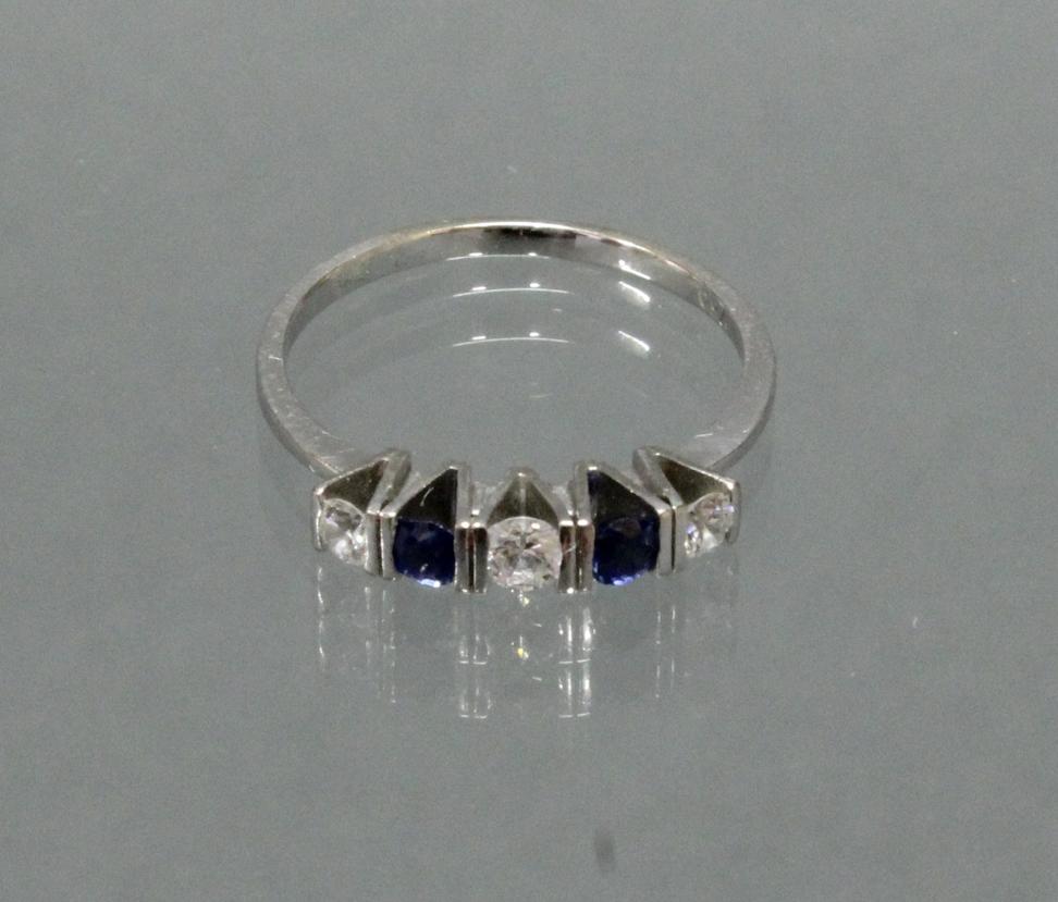 Ring, WG 750, 3 Brillanten zus. ca. 0.20 ct., etwa w/si, 2 runde facettierte Saphire, 2 g, RM 18.5
