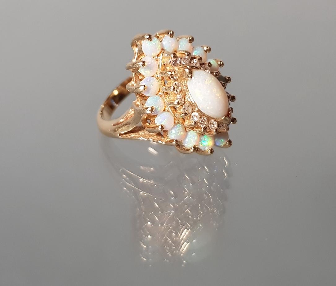 Ring, GG 585, 1 ovaler Opal-Cabochon, 16 runde Opal-Cabochons, 16 Besatz-Diamanten, 9 g, RM 17