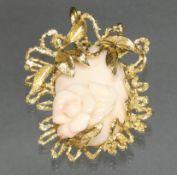 Brosche/Anhänger, GG 585, Engelhautkoralle mit reliefierter Darstellung einer Rose, Goldfassung mit