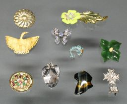 10 Modeschmuck-Broschen, Blüten, Tiere u.a.m., verschiedene Materialien und Größen