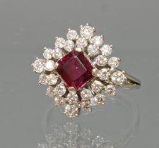 Ring, GG 750, rechteckig facettierter Rubin, 28 Brillanten zus. gepunzt ca. 0.58 ct., 5 g, RM 17