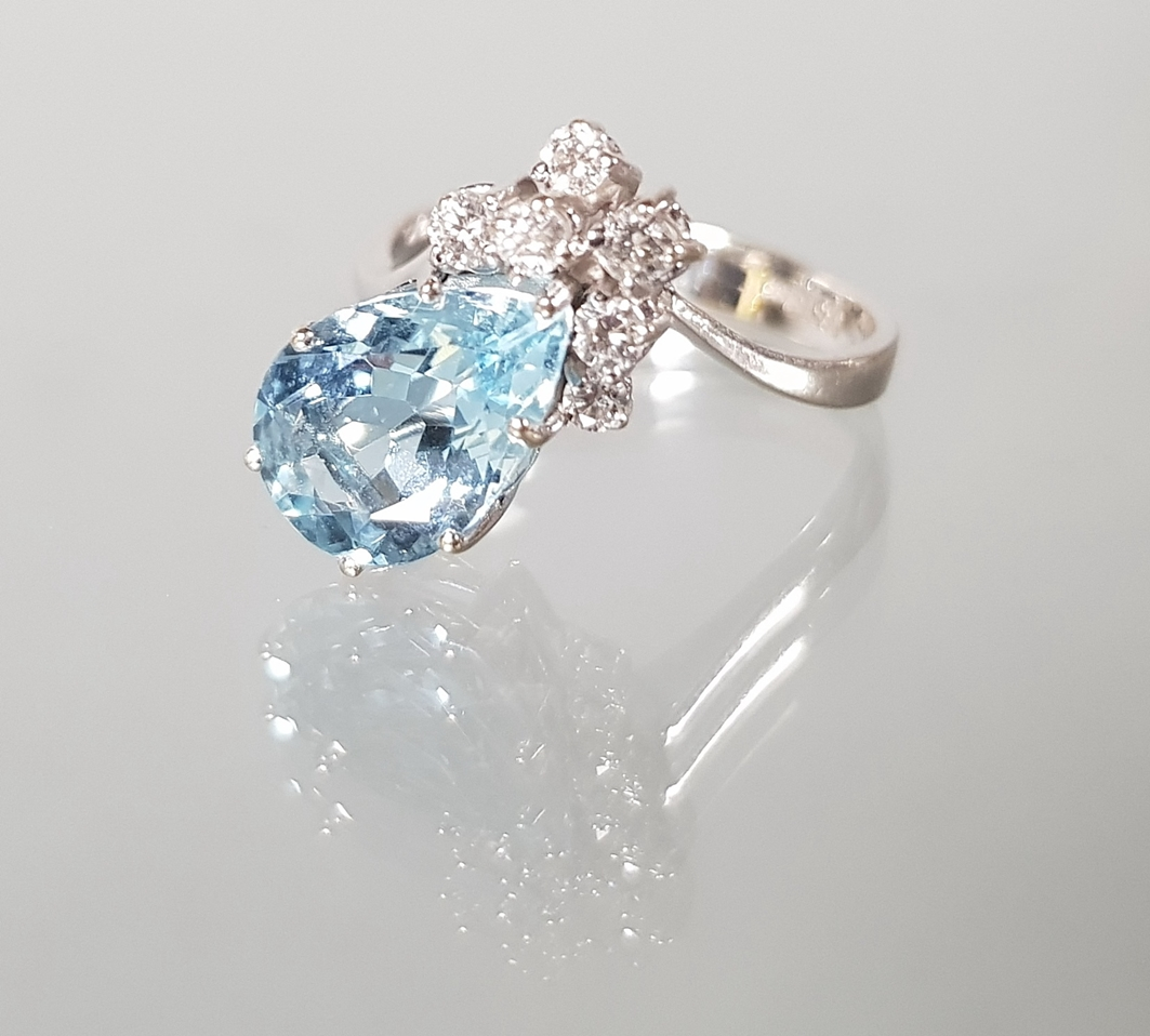 Ring, WG 585, 1 tropfenförmig facettierter Aquamarin, 6 Brillanten zus. ca. 0.20 ct., 3 g, RM 17.5