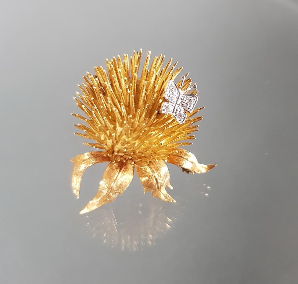 Brosche, 'Distel mit Schmetterling', WG/GG 750, 6 kleine Diamanten, 4 x 3.5 cm, 19 g