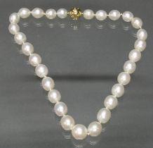 Perlenkette, 29 Zuchtperlen ø 10-13 mm, verlaufend, Bajonette-Kugelschließe, GG 750, Brillanten-Ste