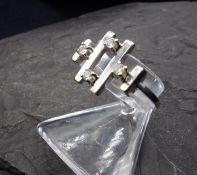 RING 750er Weissgold (2,3 g), modern gearbeiteter Ringkopf mit 4 Stegen und 4 kleinen Brillanten.