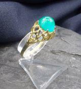 RING, 585er Gold (3,4 g). Durchbrochen gearbeiteter Ringkopf, besetzt mit einem grünen Edelstein