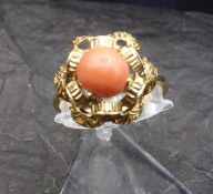 RING WITH CORAL - 750 yellow gold