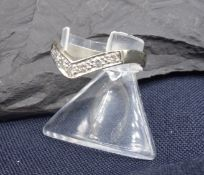 RING, 585er Weißgold (2,74 g), V-förmig, besetzt mit 7 Brillanten in Reihenfassung. Ringgröße 58.