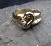 BICOLOR - RING, (585er Gold, säuregetestet, 9,4 g); sich verbreiternde Ringschiene mittig besetzt