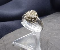 DESIGNER - RING, 750er Weissgold (4,5 g), rund gestalteter Ringkopf besetzt mit 8 Brillanten in