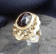 GRANAT - RING, 585er Gelbgold (5,74 g), besetzt mit einem ovalen und facettiertem Granat in