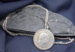 MÜNZANHÄNGER AN KETTE, Silber, ungemarkt. Insgesamt 32 Gramm. Münze gefasst in Kordelband aus Silber