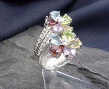 RING (925er Silber; 7,15 g). Ring in floralem Dekor, an den Blüten mit farbigen Glassteinen besetzt,