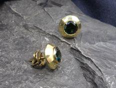 PAAR OHRSTECKER, 585er Gold (2,4 g), besetzt mit je einem dunkelgrünen Edelstein. (