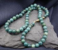 """EDELSTEIN - KETTE, verlaufend gereihte Edelsteinkugeln (""""spinatgrüne"""" Jade?) mit einem Durchmesser"""