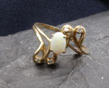 RING, 10kt (2,7 g), Ringkopf besetzt mit 4 kleinen Brillanten und einem ovalen hellen Opal.