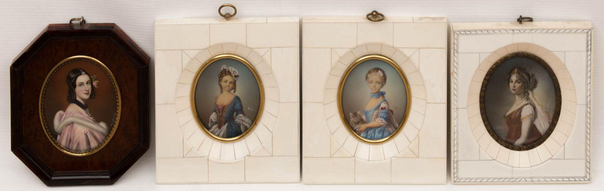 Konvolut von vier Miniaturmalereien im Elfenbeinrahmen.Sehr schön gearbeitete ovale D