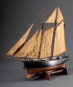 """Vollmodell """"Küsten-Segler"""", Holz farbig gefasst mit gehissten Segeln, auf Holzs"""