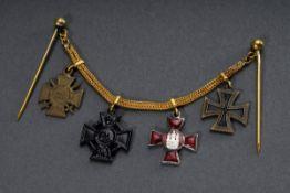 Frackkette mit 4 Ordensminiaturen, WK I, bestehend aus: Frontkämpferkreuz, Frie