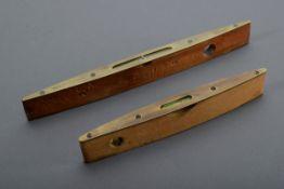 2 Diverse englische Torpedo-Wasserwaagen, Holz/Messing, Herst. u.a. W. Marples